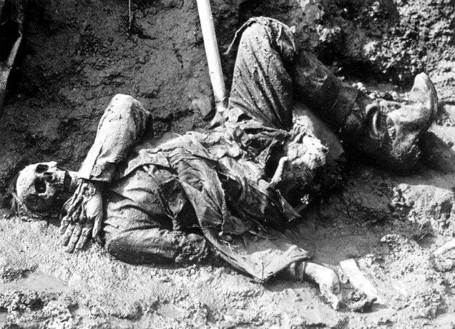Soldado-alemán-muerto-durante-la-Batalla-del-Somme-en-la-Primera-Guerra-Mundial-PD
